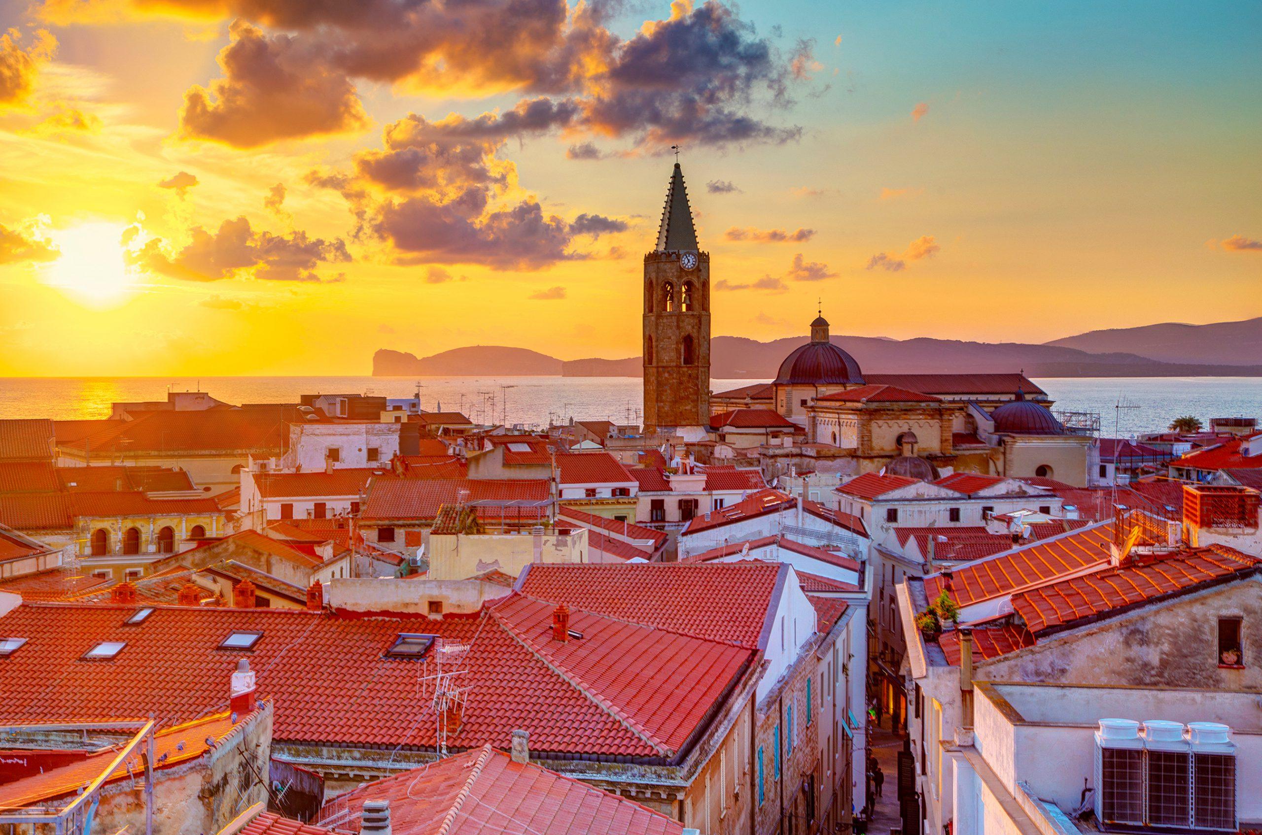 Zachód słońca nad miastem Alghero, Sardynia