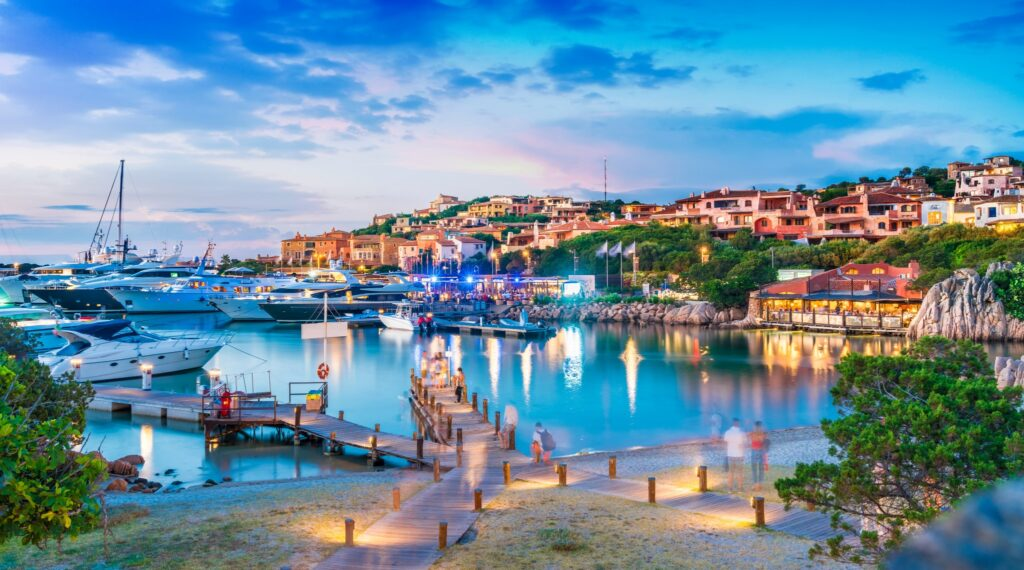 Widok na port i wieś Porto Cervo, Sardynia, Włochy