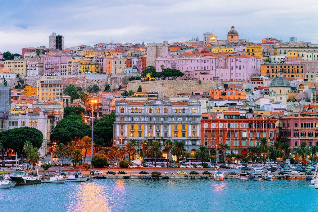 Pejzaż z przystani w Morzu Mediterranian wieczorem, Cagliari, Sardynia, Włochy