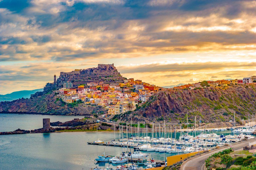 Piękna aleja castelsardo starego miasta - Sardynia - Włochy. Kolorowe zdjęcie wspaniałego włoskiego miasta.