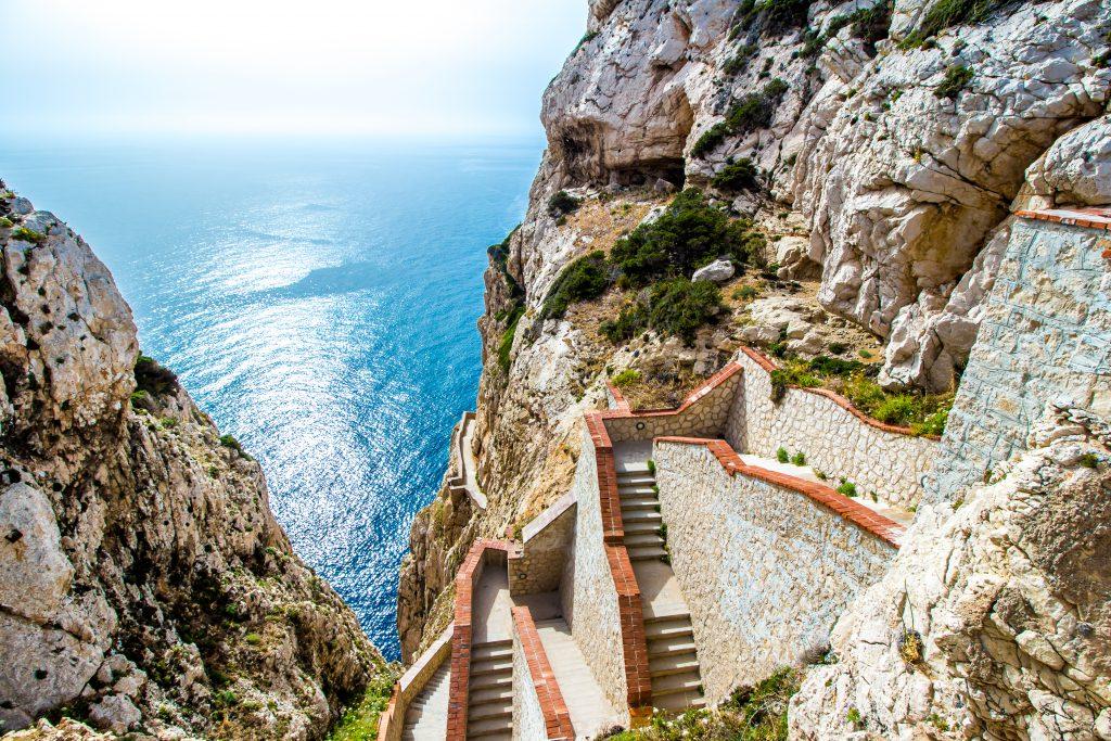 Schody prowadzące do groty Neptuna, na klifach Capo Caccia, w pobliżu Alghero, na Sardynii, Włochy